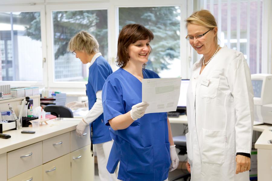 Unser Krankenhaus betreibt ein eigenes Labor, so dass wir auch kurzfristig Befunde erhalten können.