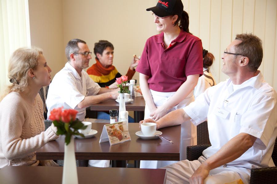 Auch die Cafeteria steht Ihnen sowohl innen als auch auf der Terasse mit einem reichen Angebot an Speisen zur Verfügung.