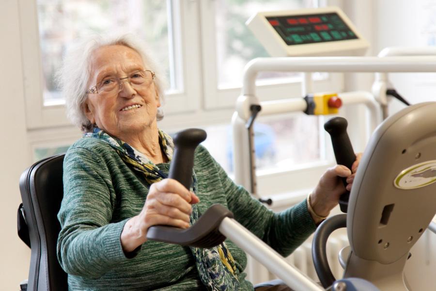 Zum Trainingsprogramm der Physiotherapeuten gehört Bewegungs- und Kraftraining.