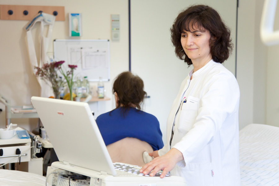 Ultraschall-Untersuchung im Patientenzimmer